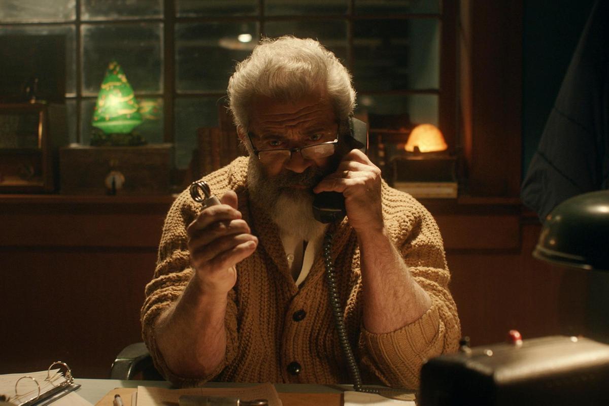 《追殺胖老爹》中聖誕老人為了養活小精靈員工,開始跟美國國防部合作製造軍武。(采昌國際提供)