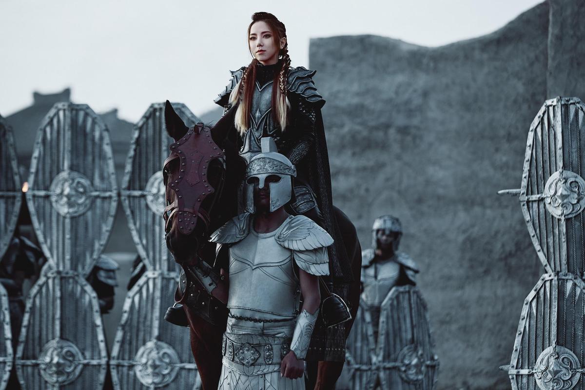 鄧紫棋首度挑戰古裝,也化身「西方女戰士聖女貞德」。(索尼音樂提供)