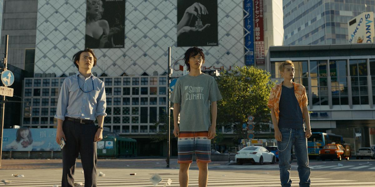 山崎賢人(中)與好友在澀谷碰面,竟發現整個城市在一瞬間變成了空無一人的死城。(Netflix提供)