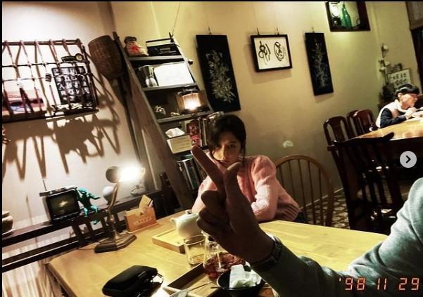 邵雨薇拍照時有隻手調皮入鏡,粉絲猜測是吳慷仁。(翻攝自邵雨薇instagram)