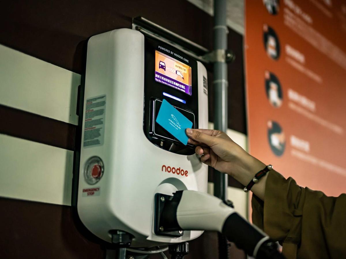 此次台灣捷豹路虎與Noodoe合作,讓車主從打開手機APP找尋充電據點至抵達充電樁完成充電設定,皆可愜意規劃行程輕鬆完成操作。
