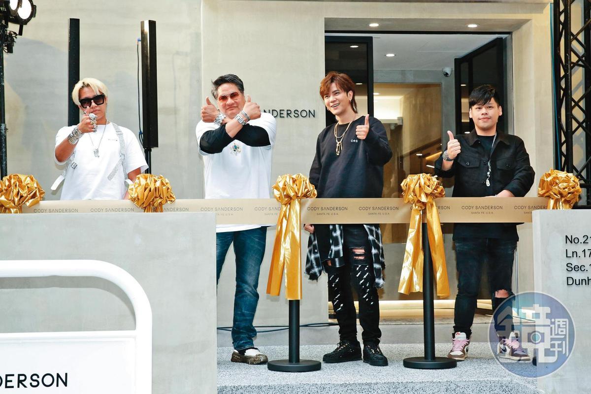 小豬(右二)愛銀飾成痴,今年初將Cody Sanderson引進台灣,開設專賣店。