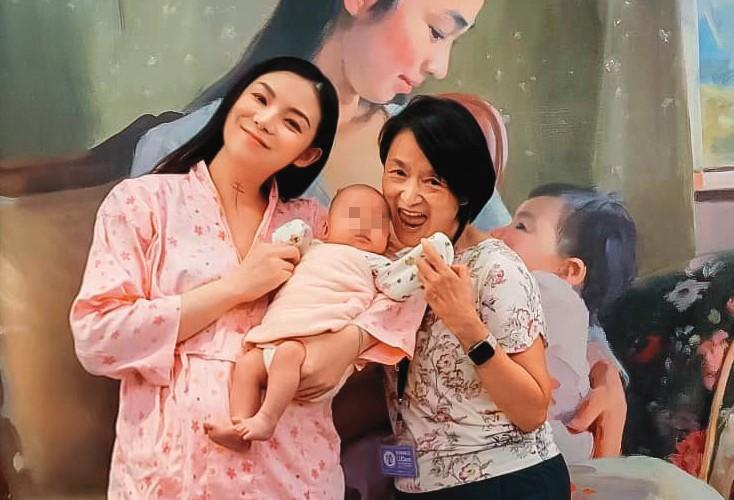 歐陽靖能熬過新手、偽單親媽媽的辛苦日子,母親譚艾珍幫忙很大。(翻攝自歐陽靖・裏東京生存記臉書)