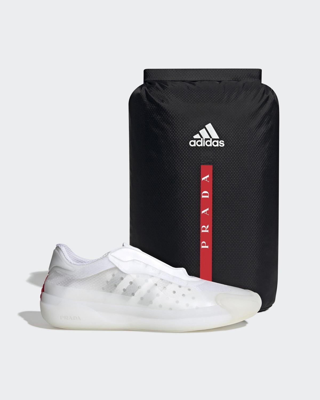A+P Luna Rossa 21運動鞋與內附防水鞋袋。(PRADA提供)