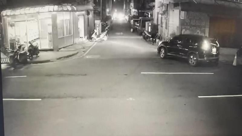 監視器拍下男子尾隨女大生的畫面。(翻攝畫面)