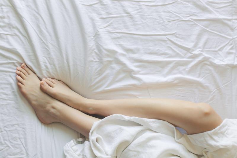 黃男趁著女看護熟睡,竟舔起對方的腳趾頭還抓腳磨蹭他的生殖器遭檢方起訴。(示意圖,翻攝pexels)