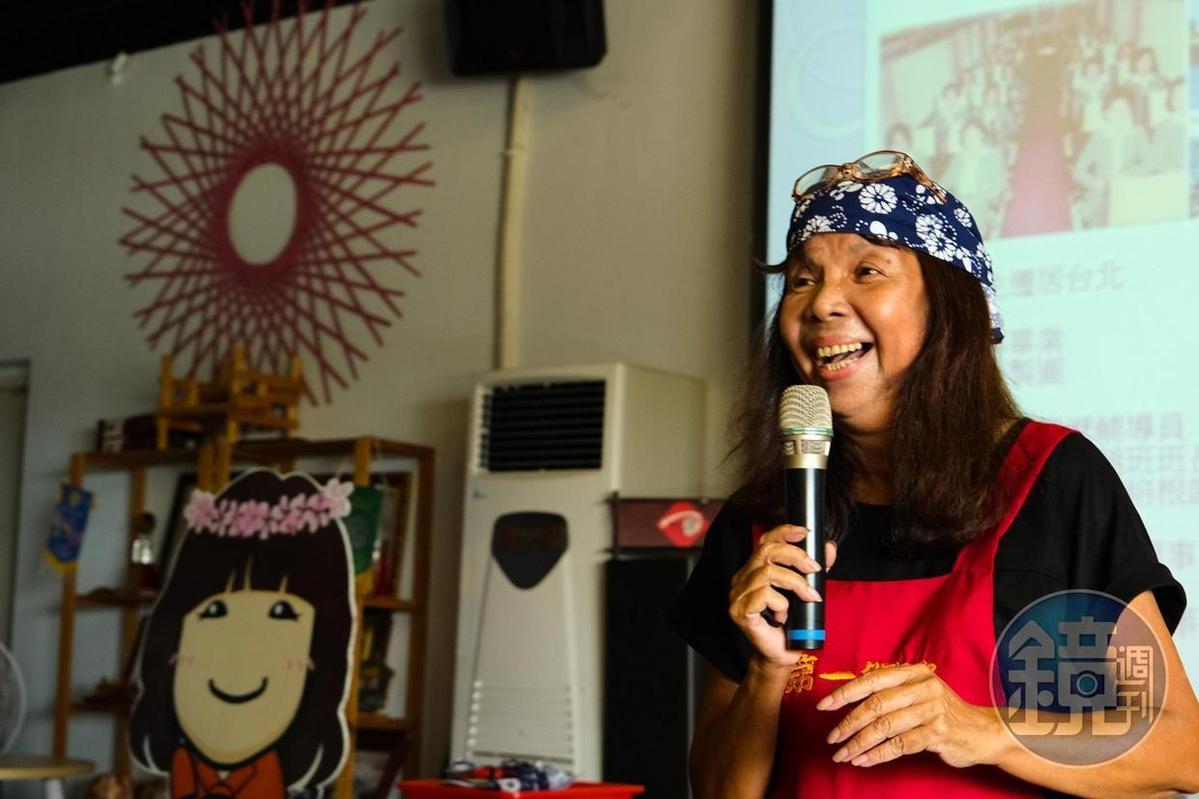 年輕時嫁來口湖鄉的嚴竹英,和遊客們分享她的鰻魚人生。