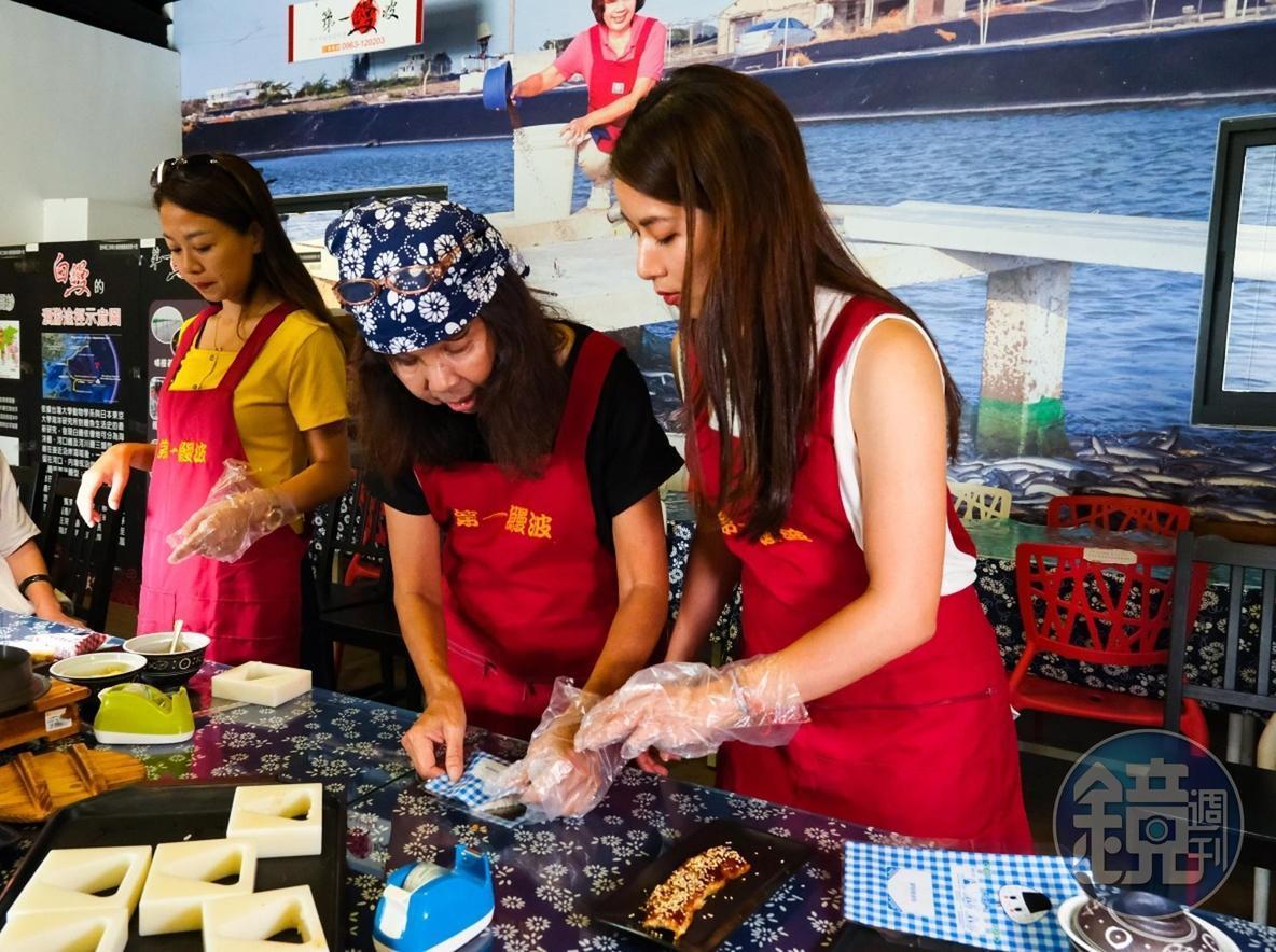 在第一鰻波工坊,遊客可體驗「鰻魚御飯糰DIY」。