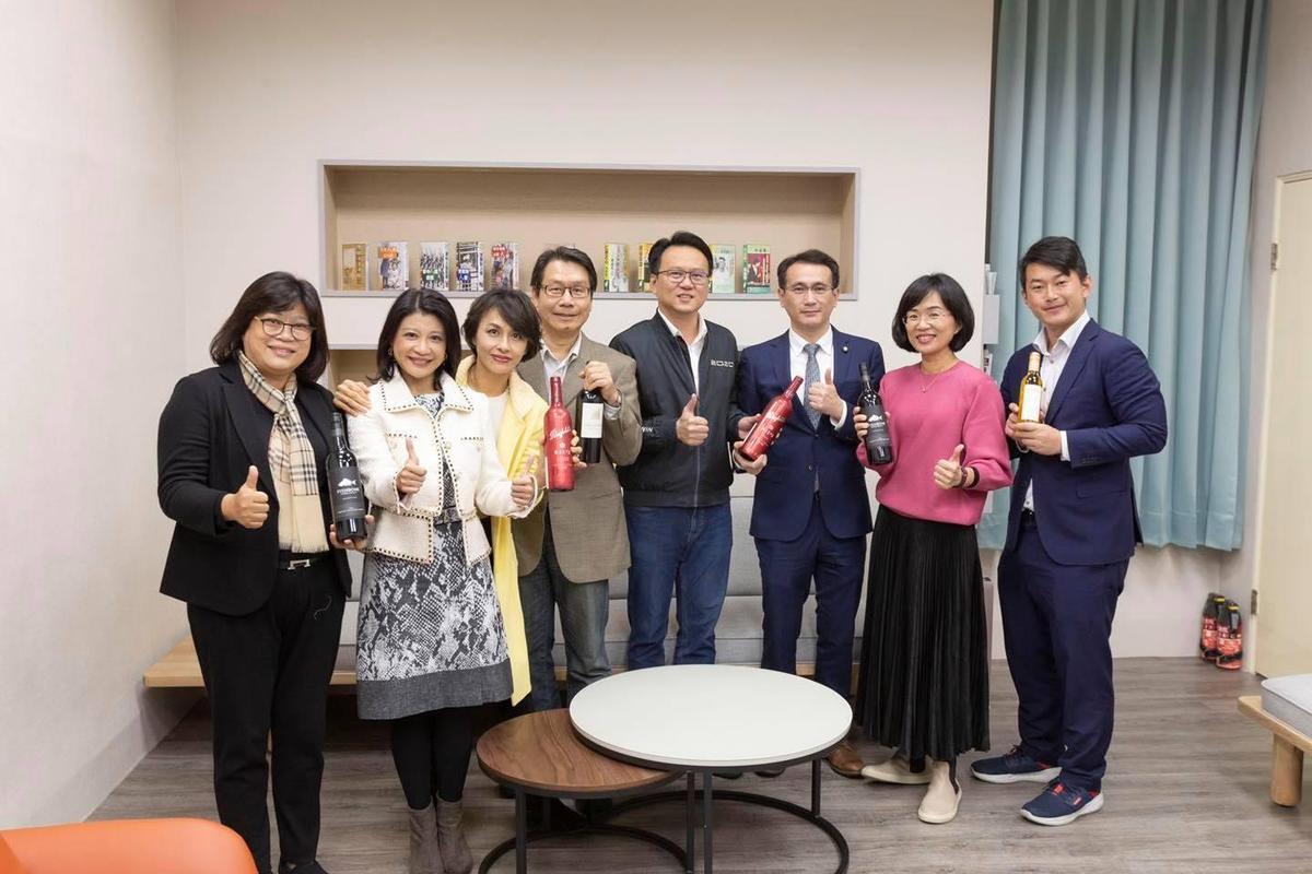 邱議瑩於臉書po文,呼籲大家購買澳洲葡萄酒「抵抗專制」。(翻攝自邱議瑩臉書)