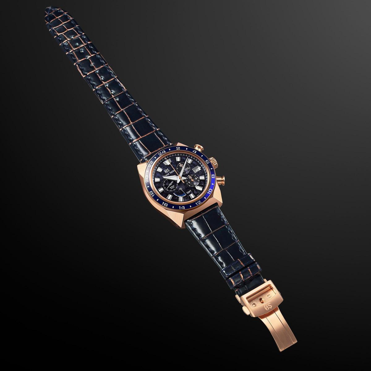 錶帶特別染成勝色,同時上頭也裝飾玫瑰金色縫線,呈現戰國武士甲冑的樣貌。