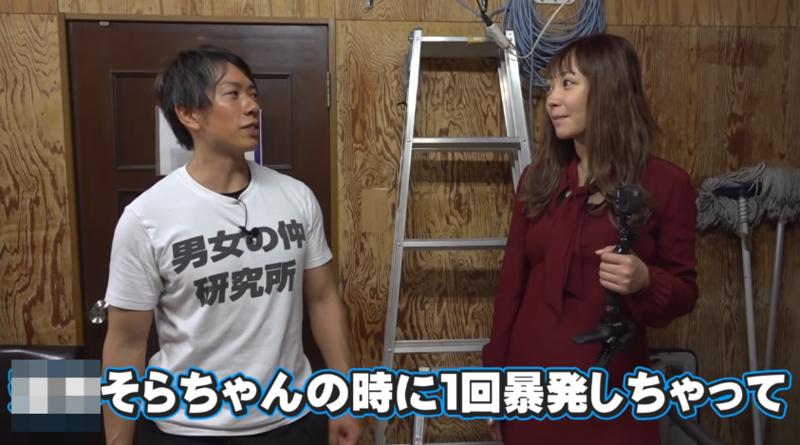 AV男優清水健(左)上「Tenchim」橋本甜歌頻道作客,大聊AV拍攝秘辛。(翻攝自YouTube畫面)