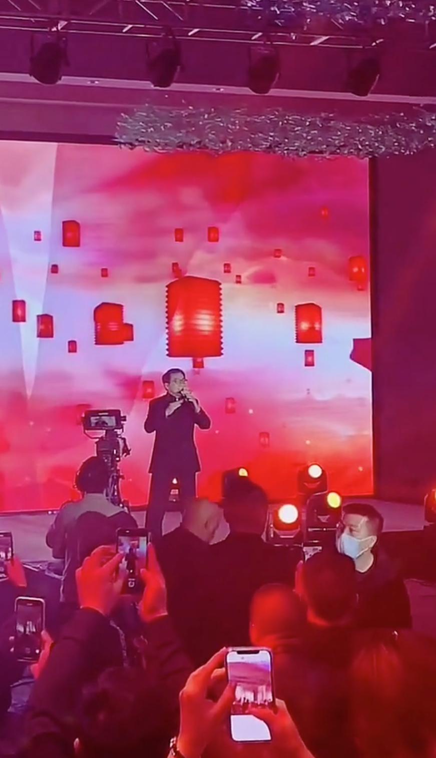 成龍在台上唱歌,台下的觀眾只顧著用手機錄影。(翻攝自網路)