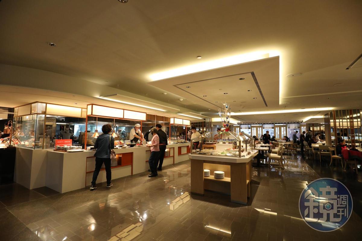 改裝後的用餐空間簡潔明亮,線條俐落大方。