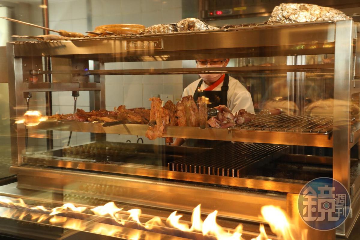 需要廚師用心看顧的西班牙Josper烤爐,最大特色是直火營造的炭烤香氣。