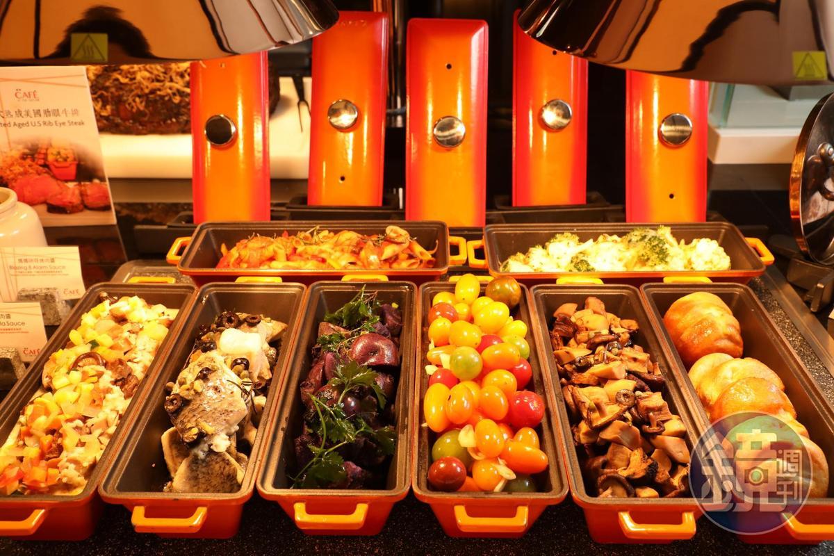 餐檯上的配菜豐富,媲美專業牛排館。
