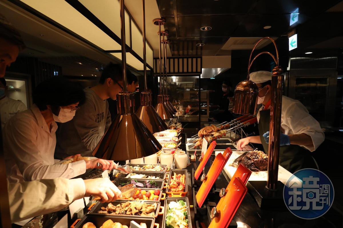 食客可依喜好,自行將牛、羊、雞排與配菜組裝成專屬排餐。