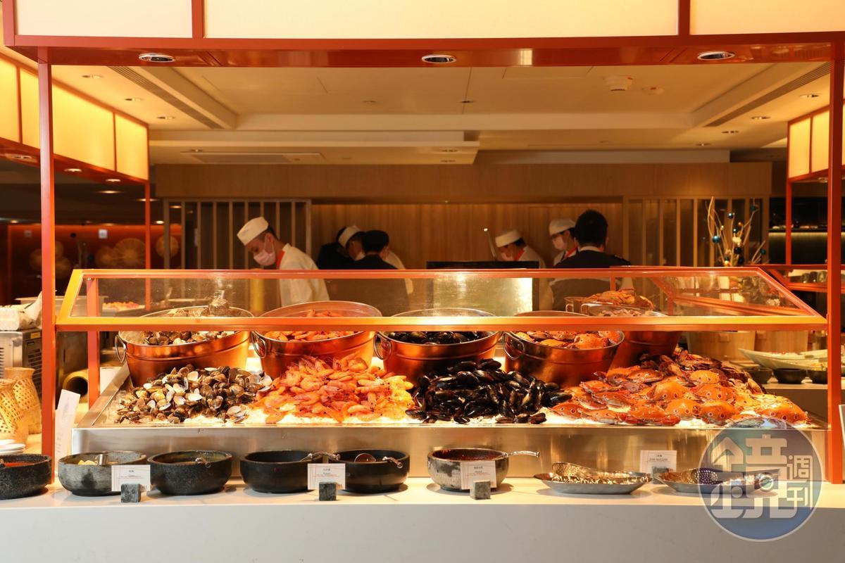 如小山般堆放的海鮮,已是高檔自助餐的標配。