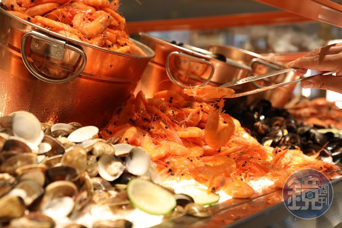 新鮮的白灼蝦也很受歡迎。