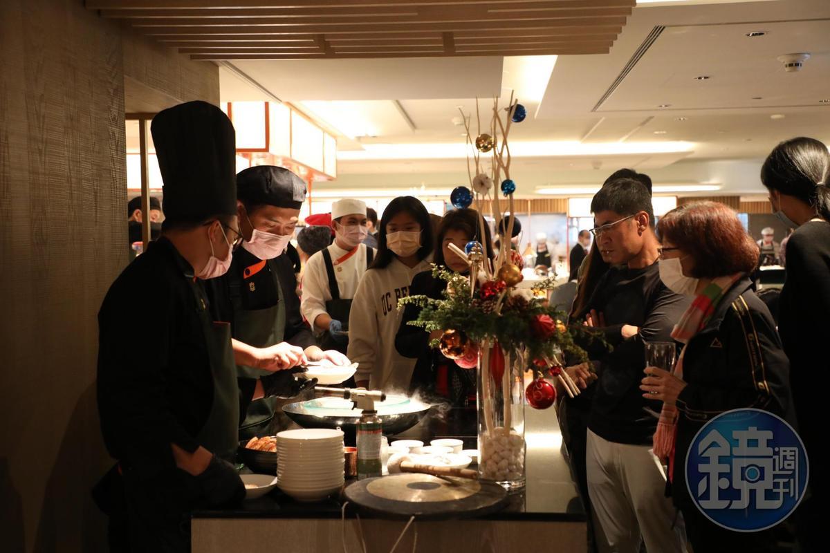 日式料理區前方會不定時敲鑼供應驚喜料理。