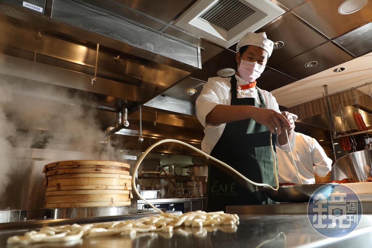 來自西安的麵點主廚馮永田,有一身製麵的好本領。
