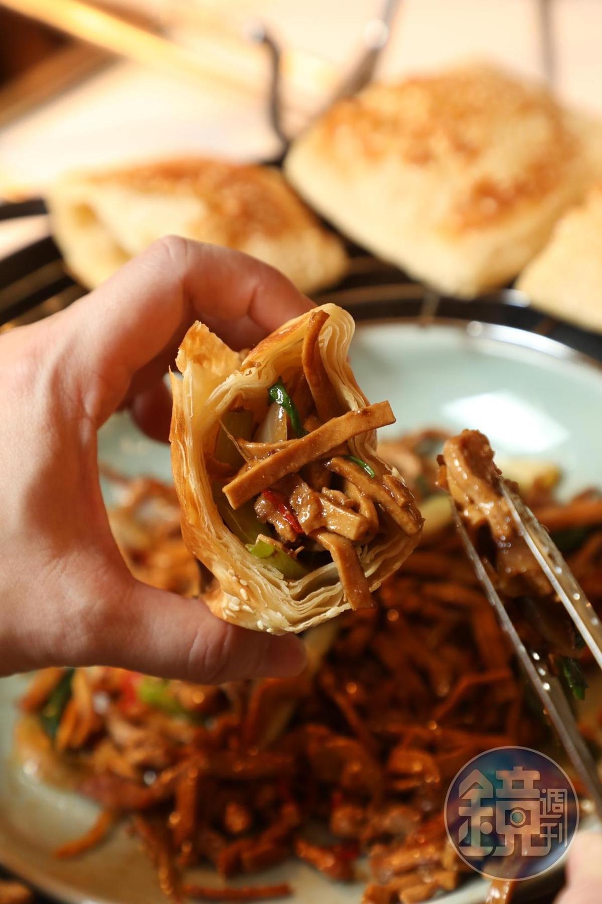 這道董事長私房菜「燒餅包豆乾肉絲」,讓我想起蒙古烤肉的滋味。