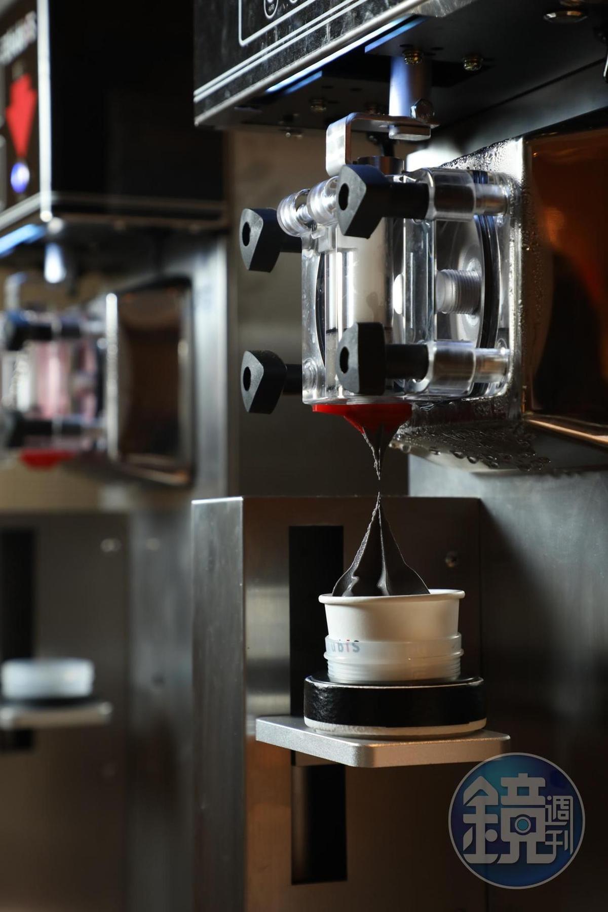現場引進2台採用阿爾卑斯鮮乳的自動霜淇淋機,供客人自己動手操作。