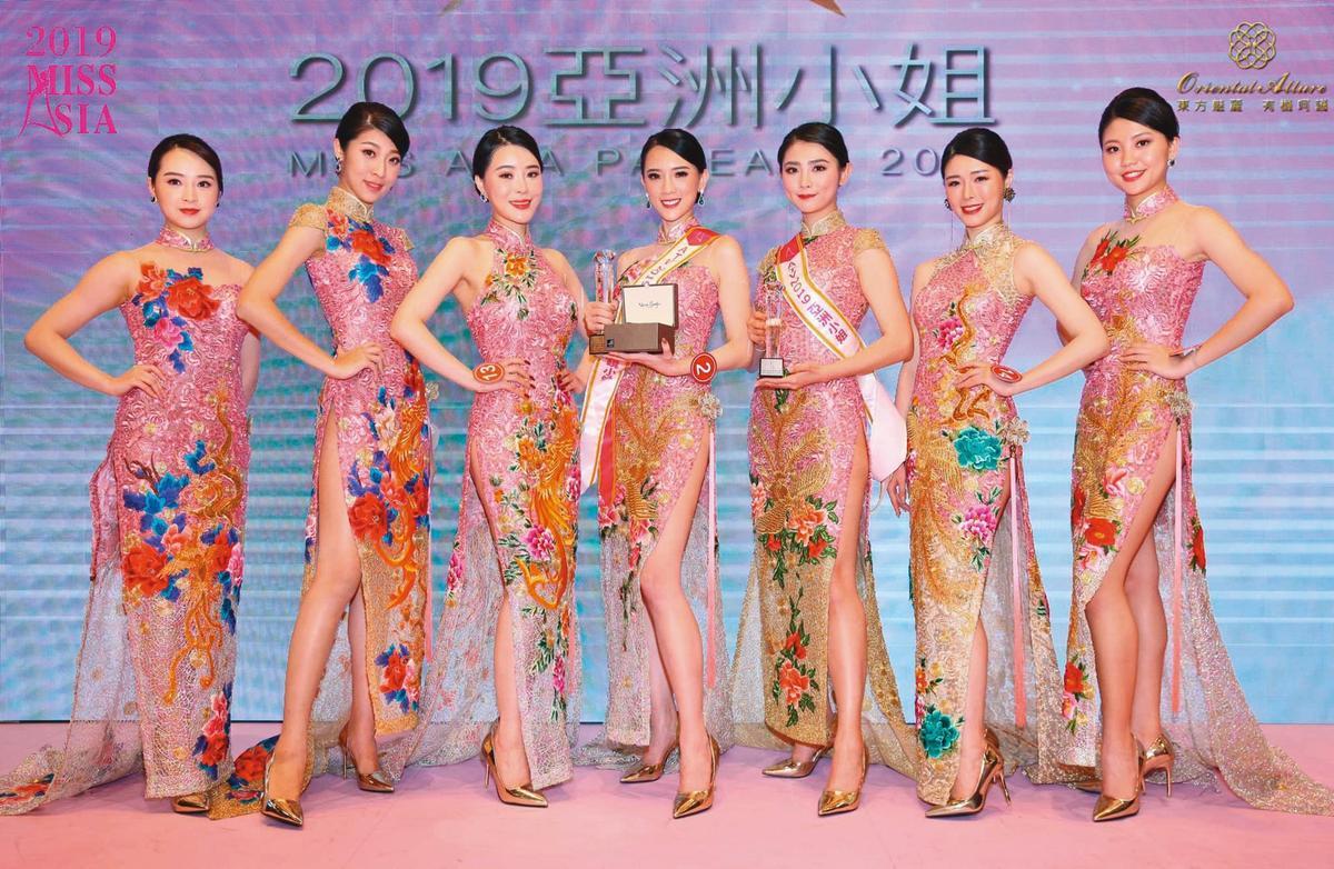 去年翁子涵(中)參加《亞洲小姐》選舉,雖然身陷醜聞,但她憑著亮麗外型奪下「最上鏡小姐」。(翻攝自亞洲小姐官網)