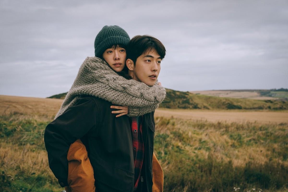 南柱赫(右)和韓志旼主演的電影《喬瑟與老虎、魚》不受疫情影響,照原定計畫於本週上映。(龍祥電影提供)