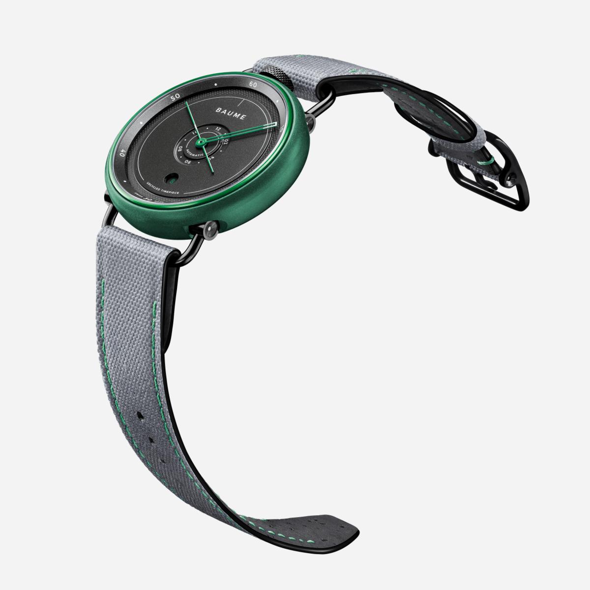 以海洋回收物料製成的錶殼,外層還以陽極氧化鋁處理,形成綠色或藍色的鍍膜,指針和錶帶縫線也以同色打造。