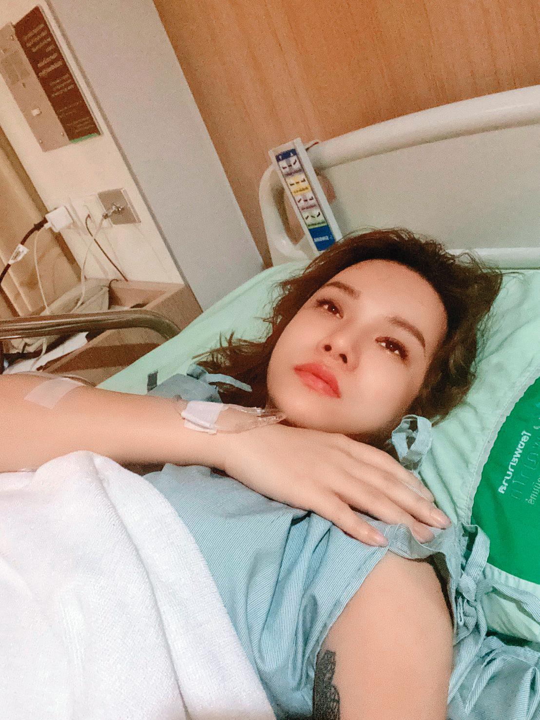 變性手術讓小A辣躺在床上一個禮拜,出院後還得繼續照料傷口。(小A辣提供)