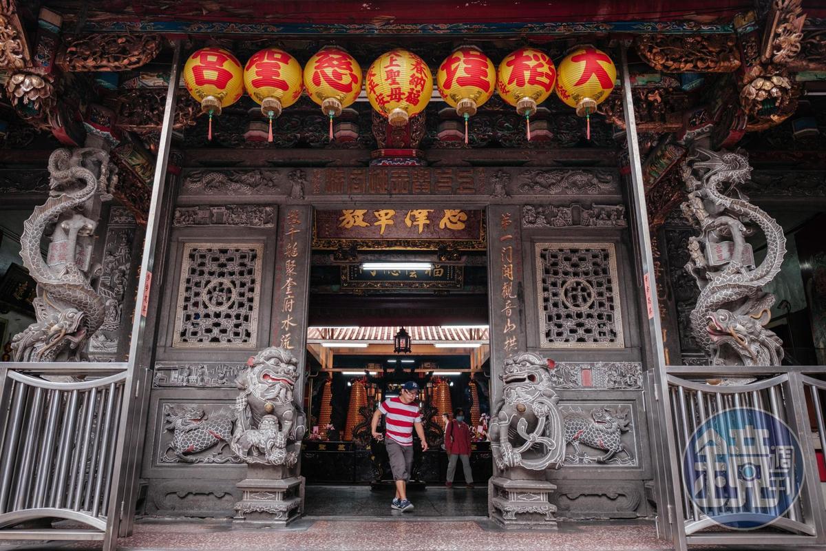 慈聖宮主祀媽祖,也稱媽祖廟,有100多年歷史,所以有些攤販招牌會寫著媽祖廟口。