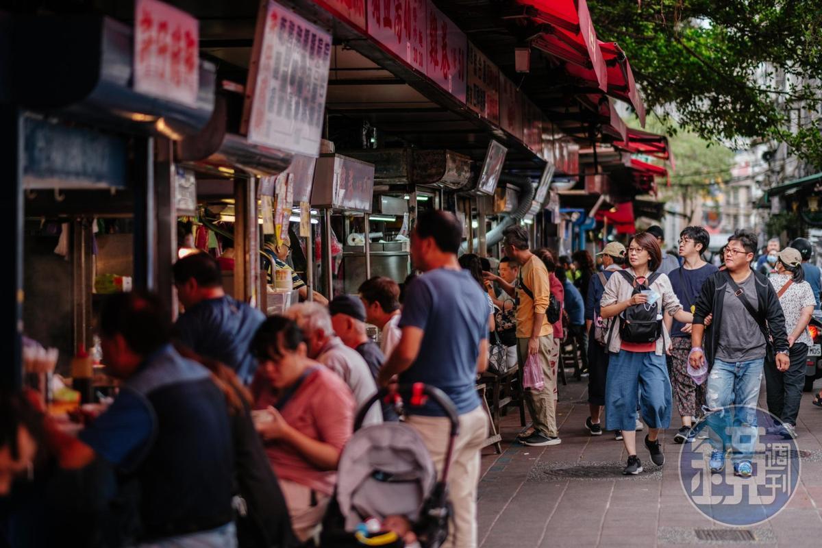 在廟口前廣場上有一整條的美食小攤販,皆是老字號,羅列整齊而自成一區,每一攤都見絡繹不絕的客人。