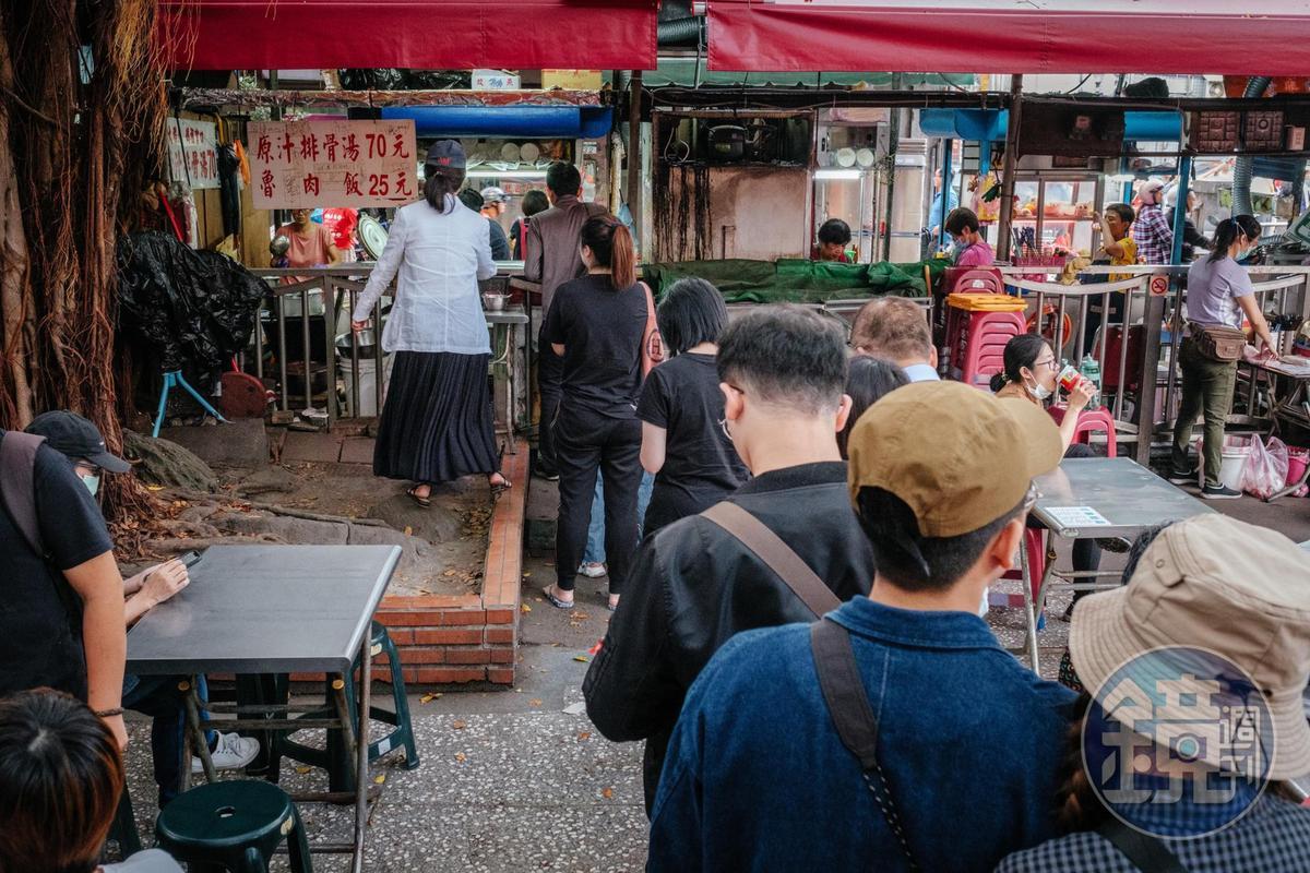 若要在榕樹下用餐,需於內攤位後側排隊點餐,現場也是排了不少人。