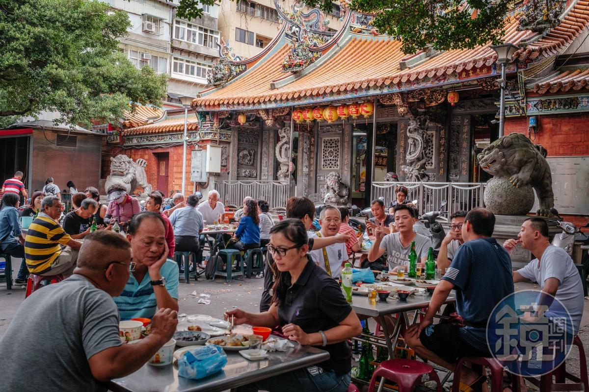 要找到在廟口前吃小吃又要在台北市,慈聖宮應該是萬中選一了。