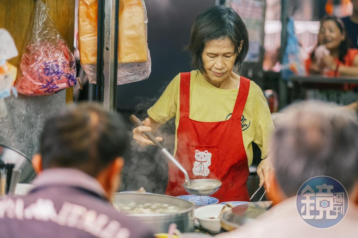 若是在攤前吃阿桂姨會很貼心地替你加湯,也可以自己選擇肥瘦肉,軟骨等不同部位。
