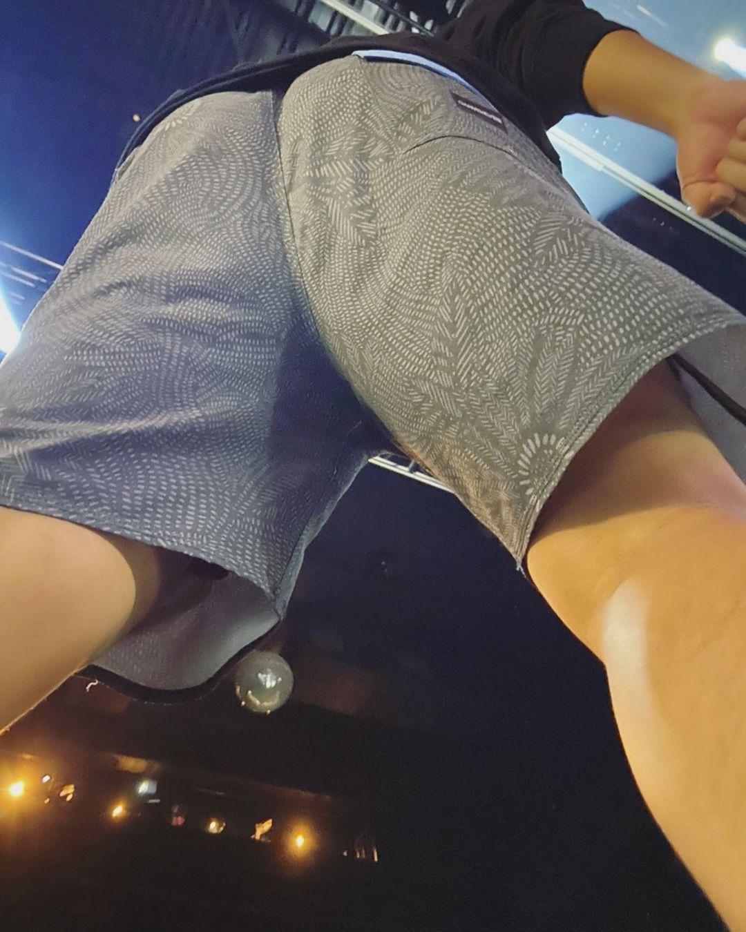 蔡哥不小心被拍到短褲裡的內褲,照片被HowHow轉發卻遭到移除。(翻攝自蔡哥IG)