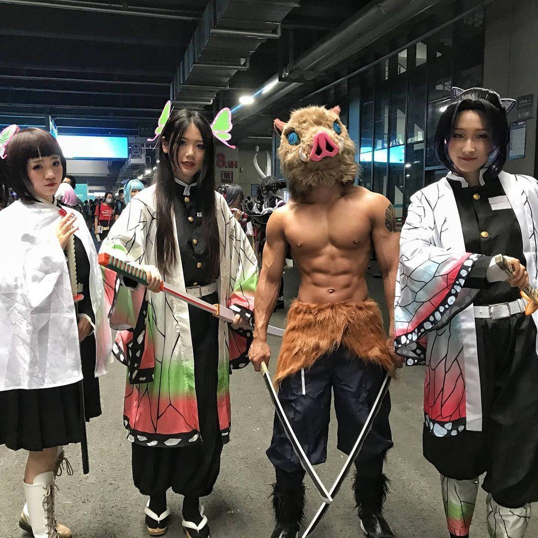 來自上海的「飯桶九兒」(右二)在動畫展扮演《鬼滅之刃》男三「伊之助」,引起網友的關注和討論。(翻攝自飯桶九兒IG)