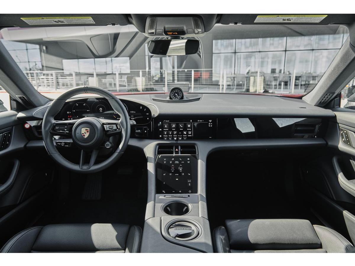 車內的先進駕駛座艙,擁有16.8吋的曲面儀表和10.9吋的媒體觸控螢幕。