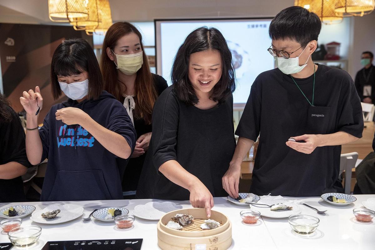 李宛蓉(右二)日前回台主持金馬電影工作坊,傳授食物造型的竅門與心法。(台北金馬影展執行委員會提供)