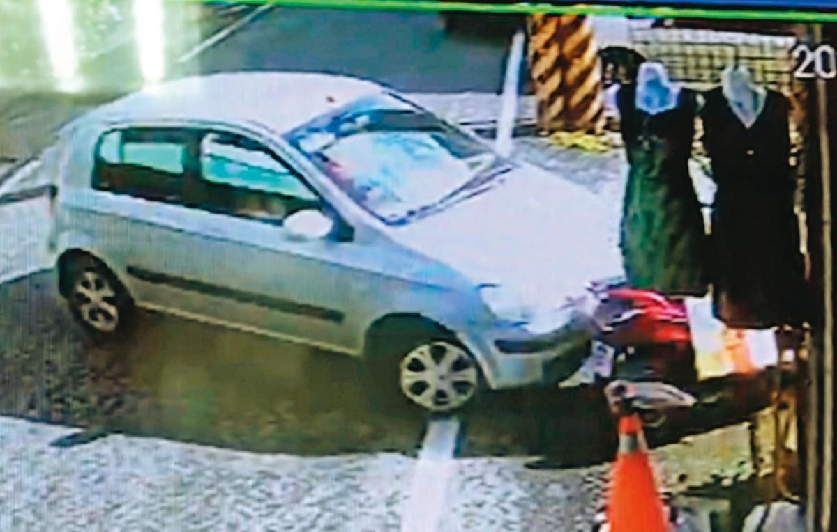 江女開走男友的車輛逃逸,卻不慎在迴轉時撞到機車。(翻攝畫面)