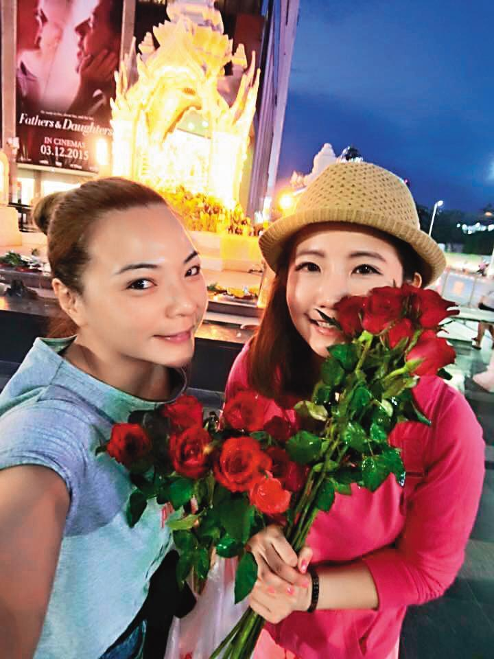 6年前和歌手張峰奇分手後,小甜甜(左)對愛情感到失望,曾和好友謝忻(右)去泰國拜四面佛。(翻攝自小甜甜臉書)