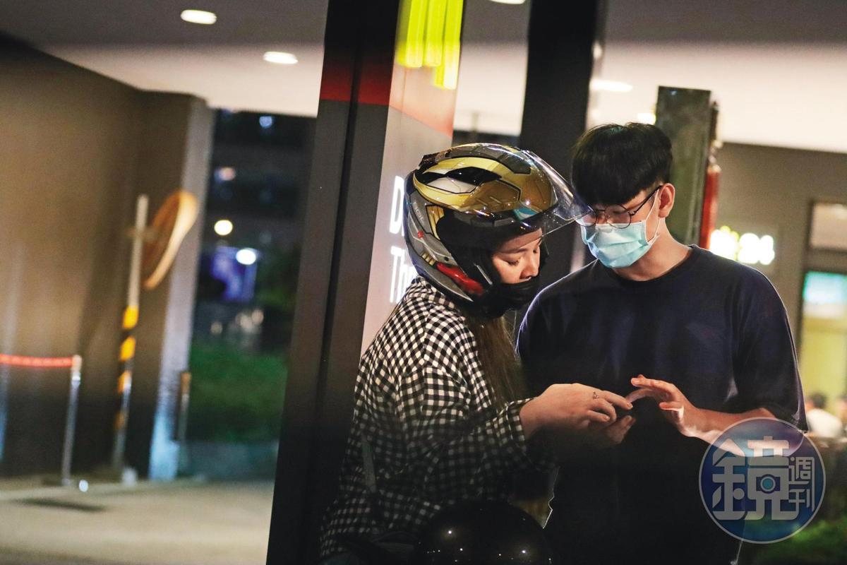 今年5月,小甜甜和現任宋姓男友騎車約會,疑似同居,之後還傳出2人已訂婚。