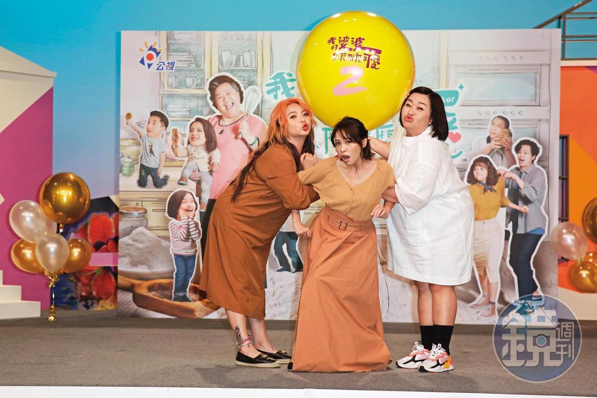 鍾欣凌(右)拍攝《我的婆婆怎麼那麼可愛》時與小甜甜(左)互動頻繁,曾透露「小甜甜說男友很疼她,生病時男生蠻照顧她。」