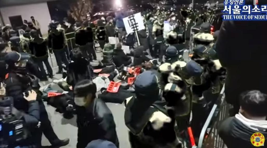趙斗淳出獄時,監獄外已聚集眾多抗議的民眾。(翻攝自서울의 소리 The Voice of Seoul YouTube頻道)