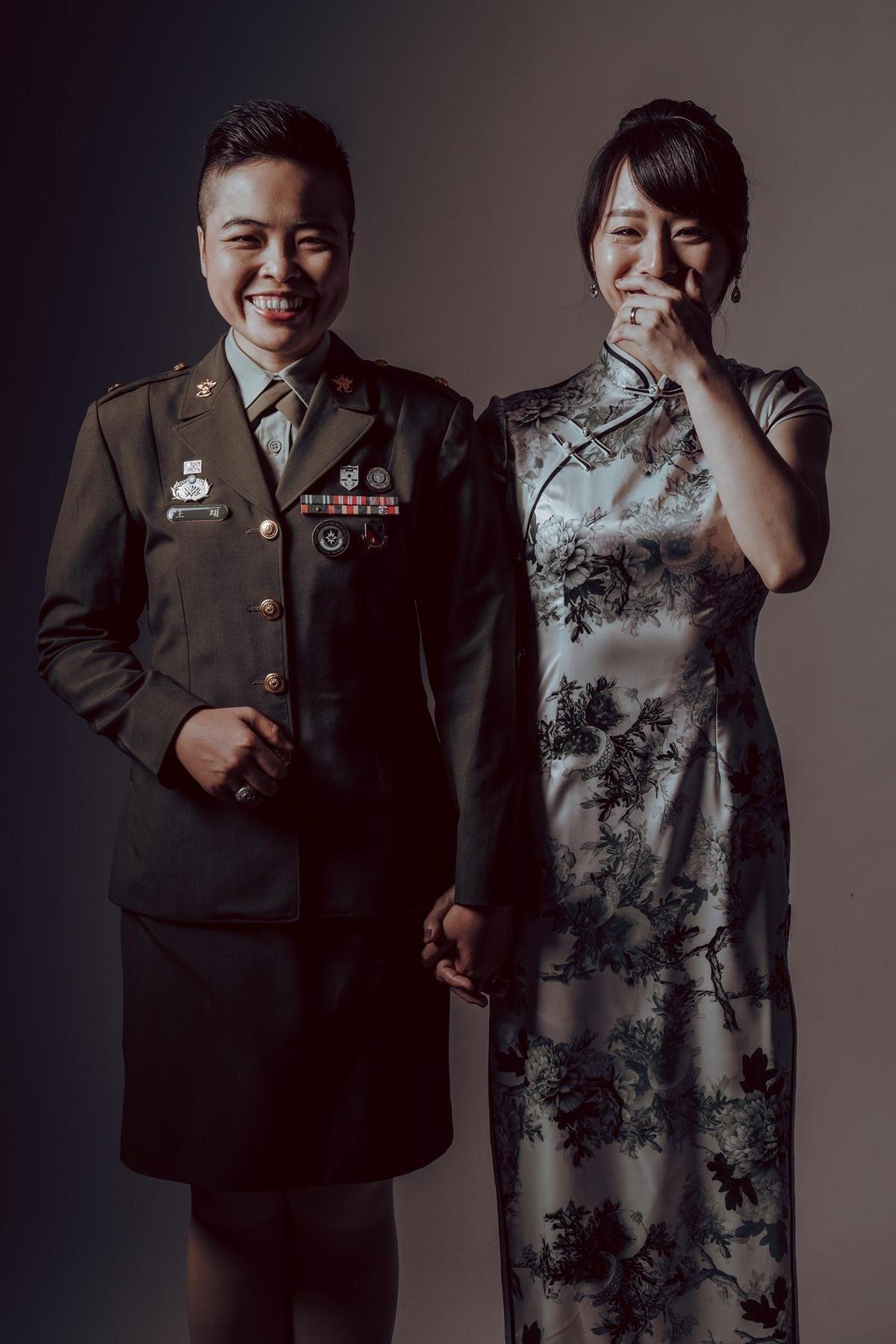 同婚專法通過後,首度出現在國軍聯合婚禮中的同性伴侶(翻攝自陸軍司令部粉專)