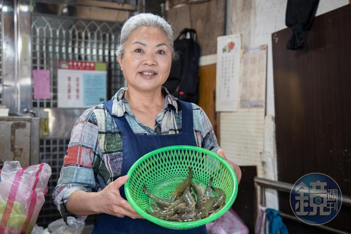 沒有招牌、攤名,在濱江市場擺攤25年的吳香梅,只專心賣白蝦。