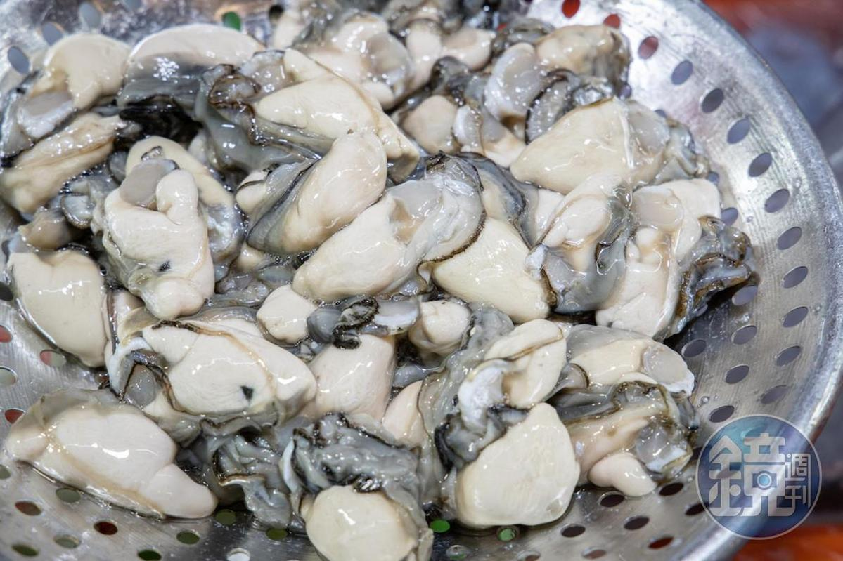 濱江鮮蚵店精選肥美碩大的東石鮮蚵。(250元/斤)