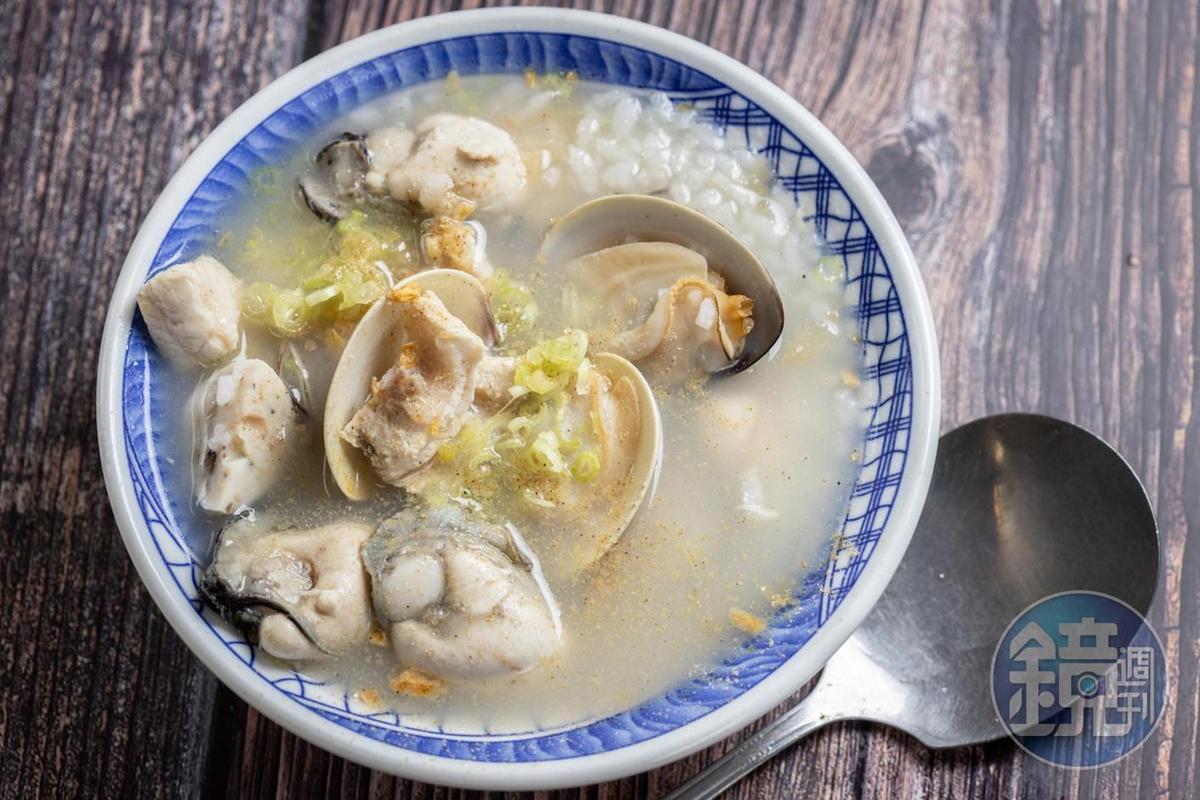 林敬堯以冬菜雞湯為底,加入大量的鮮蚵、文蛤、魚丸、旗魚血合肉煮成海鮮粥。