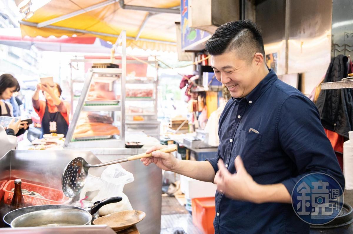 林敬堯帶著一只卡式爐到濱江市場現買現煮料理。