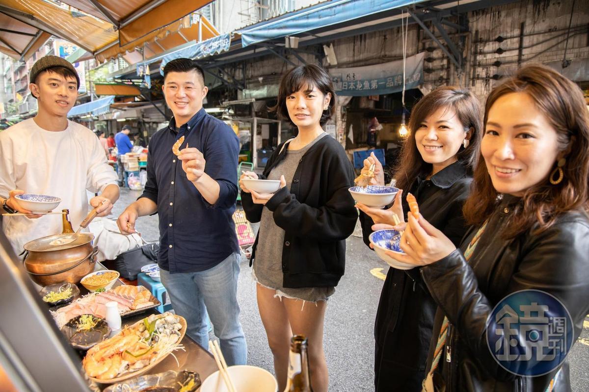 林敬堯(左2)經常為好友們導覽濱江市場,發掘隱藏名攤。